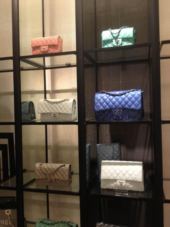 As bolsinhas Chanel na butique da Neiman Marcus em Merrick Park