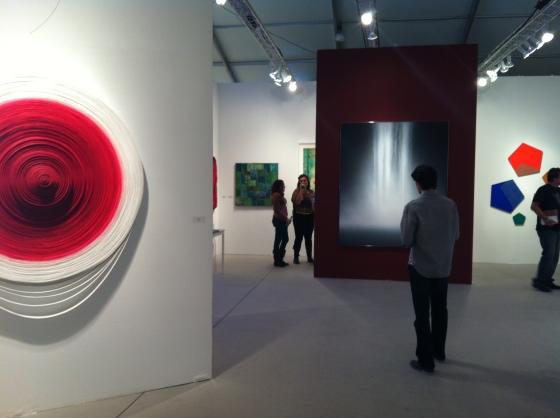 O marido admirando uma tela do Hiroshi Sanju na Arte Miami